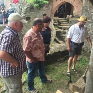 Am Samstag stand ein Besuch auf der Madenburg auf dem Programm. Handwerker zeigten mit historischen Werkzeugen, was im Mittelalter schon alles machbar war.